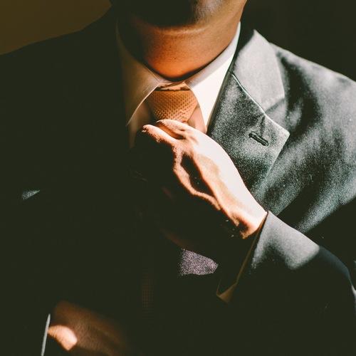 ネクタイを締める男性画像