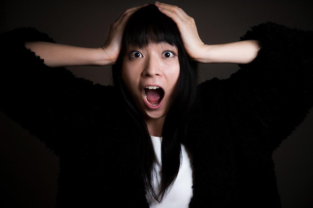 頭を抱える女性の画像