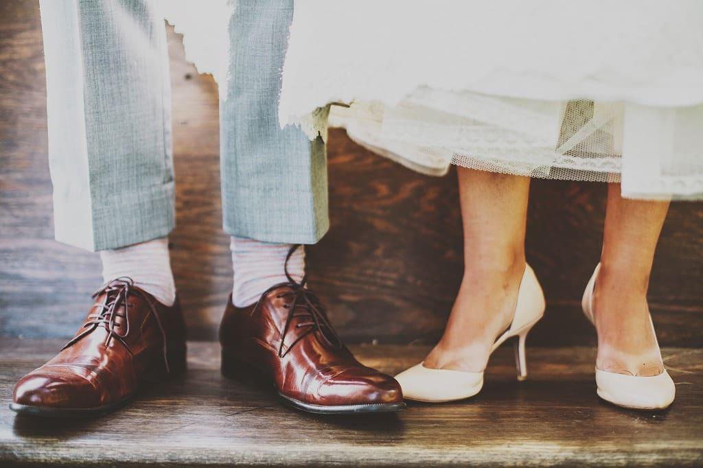 スーツ男性と女性の足だけ見えている画像