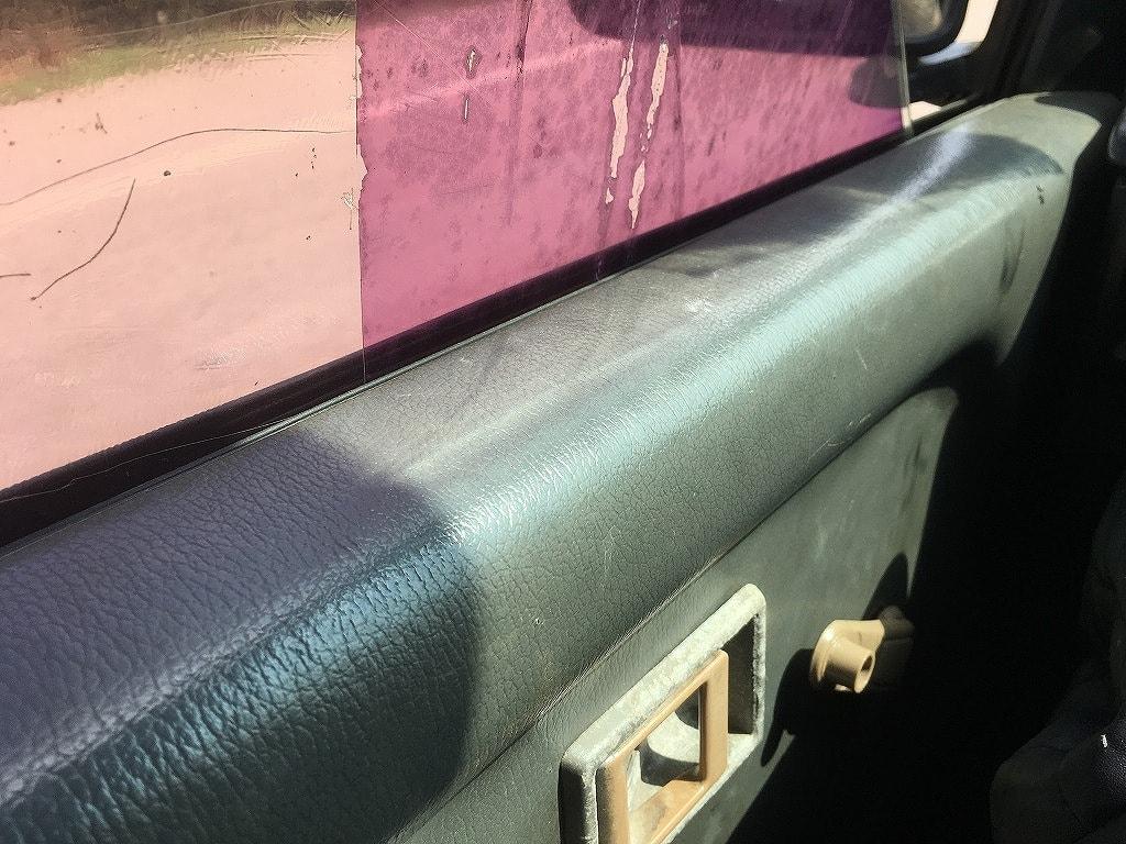 クート島行きのソンテウの車内画像
