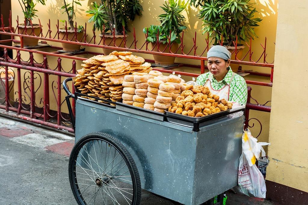 屋台でパンを売るおばさん