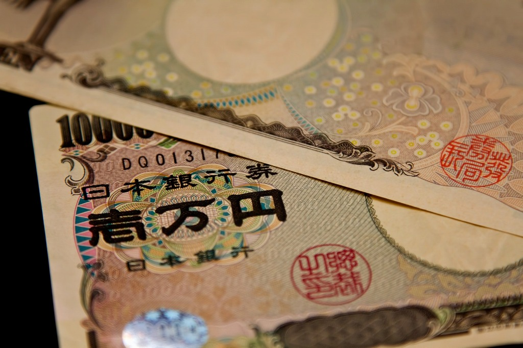 1万円が2枚重なっている画像