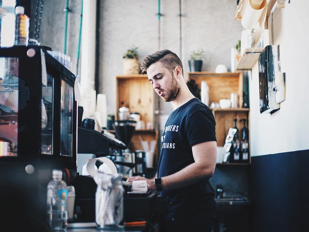 カフェのレジ店員