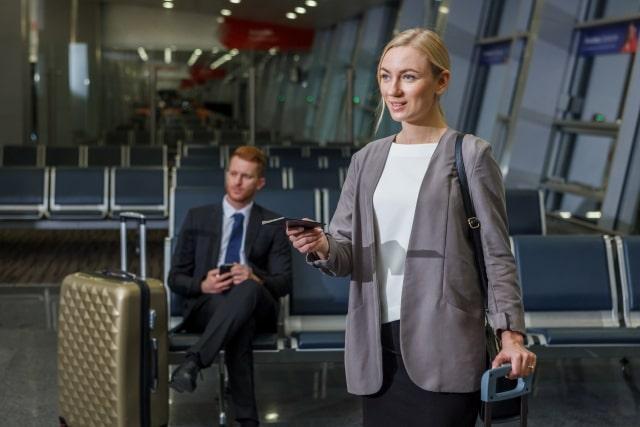 外国人の男女、スーツ姿、空港