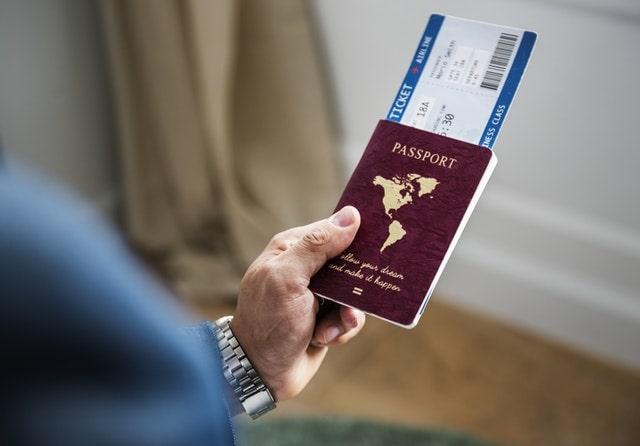 パスポートと男性の画像