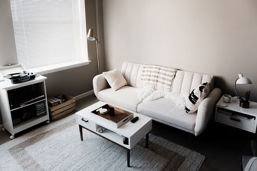 シングルの部屋、白いソファの画像。