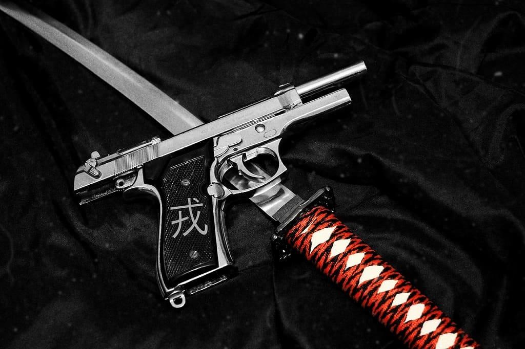 拳銃、ナイフの画像