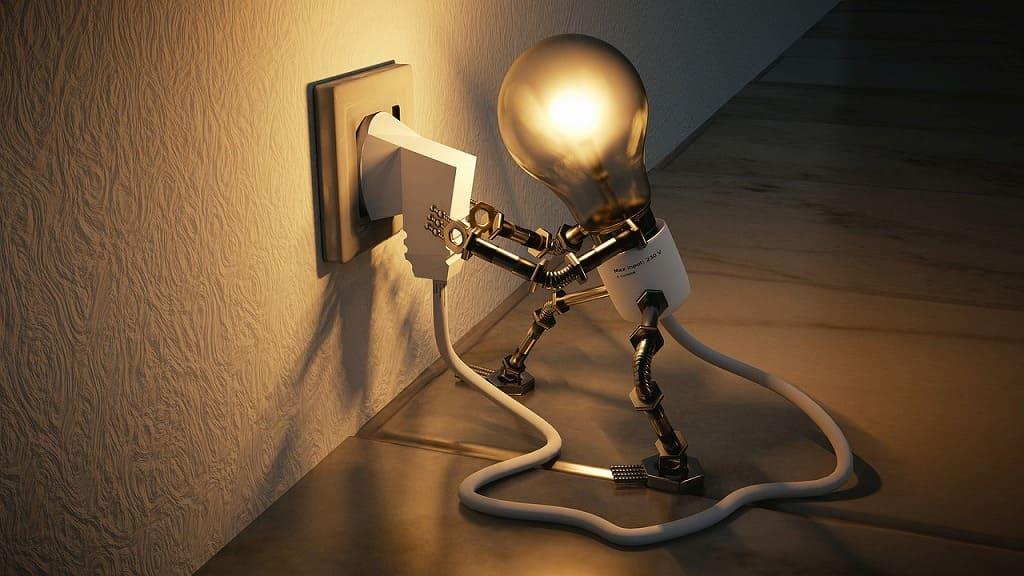 電球がコンセントに刺さっている画像