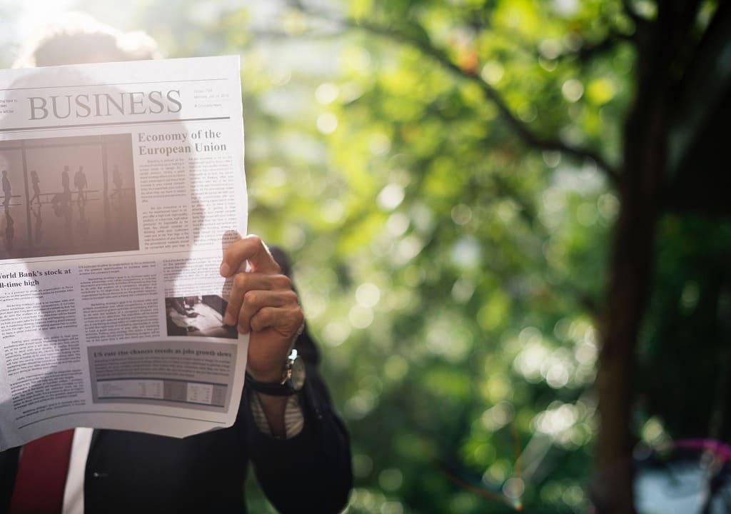 新聞を読む男性の画像