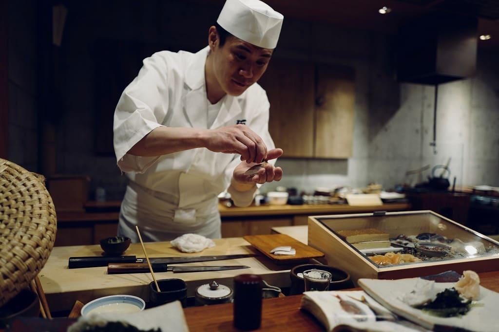 寿司職人の男性の画像