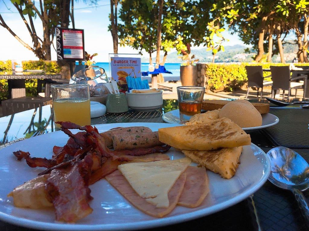 パトンビーチのホテルで朝食を食べた画像