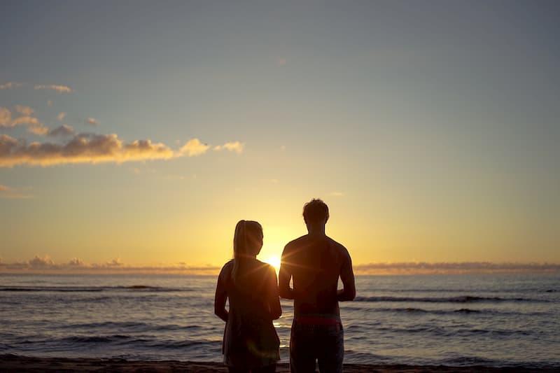 海辺で希望を語るカップル